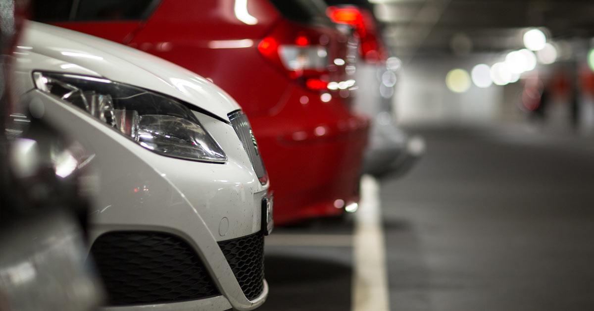 nærbilde av biler i parkeringshus